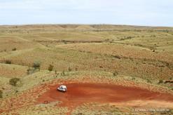 Auto in der Spinifexlandschaft