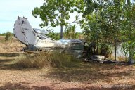 Altes Flugzeugwrack an der Straße