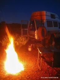Lagerfeuer am Schlafplatz im Outback