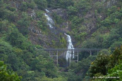 Wasserfall bei der Zugfahrt in Cairns (1)
