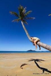Kati beim Abhängen auf der Palme am Strand von Mission Beach