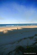 Kati beim Frisbeewerfen am Strand von Fraser Island